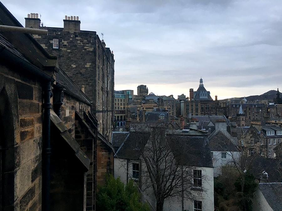 Morgendlicher Blick über Edinburgh (beim Zähneputzen aus einem der Bäder des Hostels).