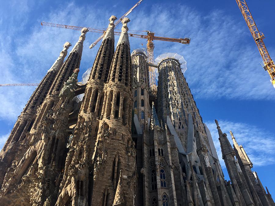 Noch lange nicht fertig: Baukräne zieren jede Ansicht der Sagrada Família, auch die Osterfassade.