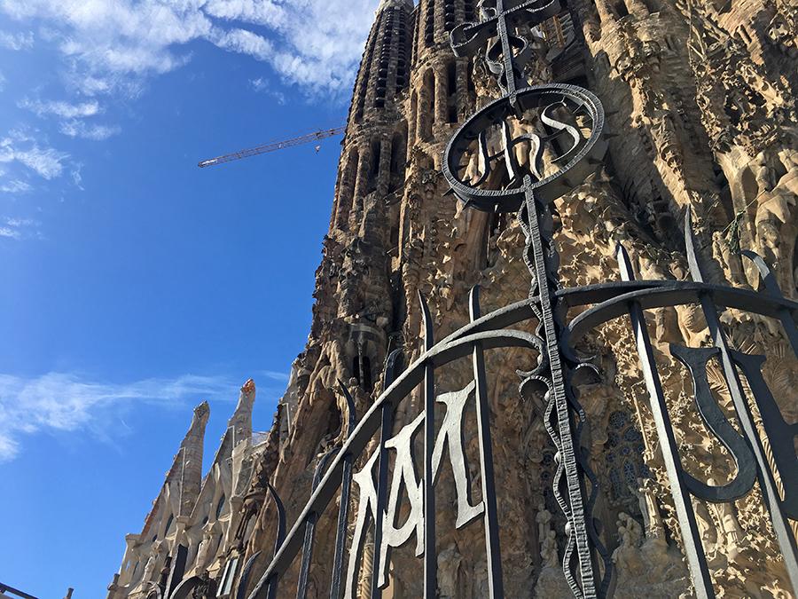 Die Initialen 'JHS' im gusseisernen Tor vor der Osterfassade der Sagrada Família stehen für das Monogramm von Jesus Christus. Gaudi hat an so viele Kleinigkeiten gedacht!