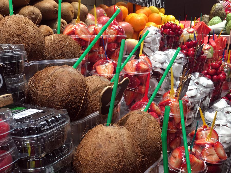 Auch Kokosnüsse gibt es portioniert - oder einfach direkt zum trinken.