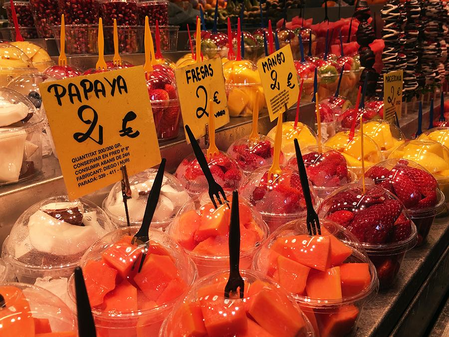 Obst und Früchte allüberall werden handlich in fertigen Stücken angeboten.