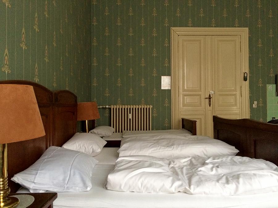 Unser original eingerichtetes Dreibettzimmer in der Hotel Pension Funk. Allein diese Tapeten!