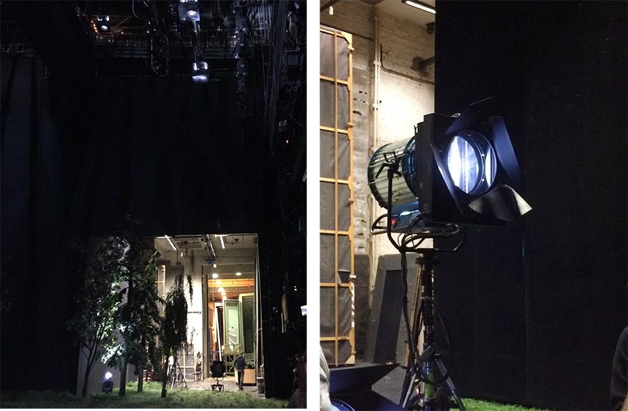 Die Lichtanlage unter der Decke hoch oben über der Bühne sowie weitere Leuchtelemente stehen überall.
