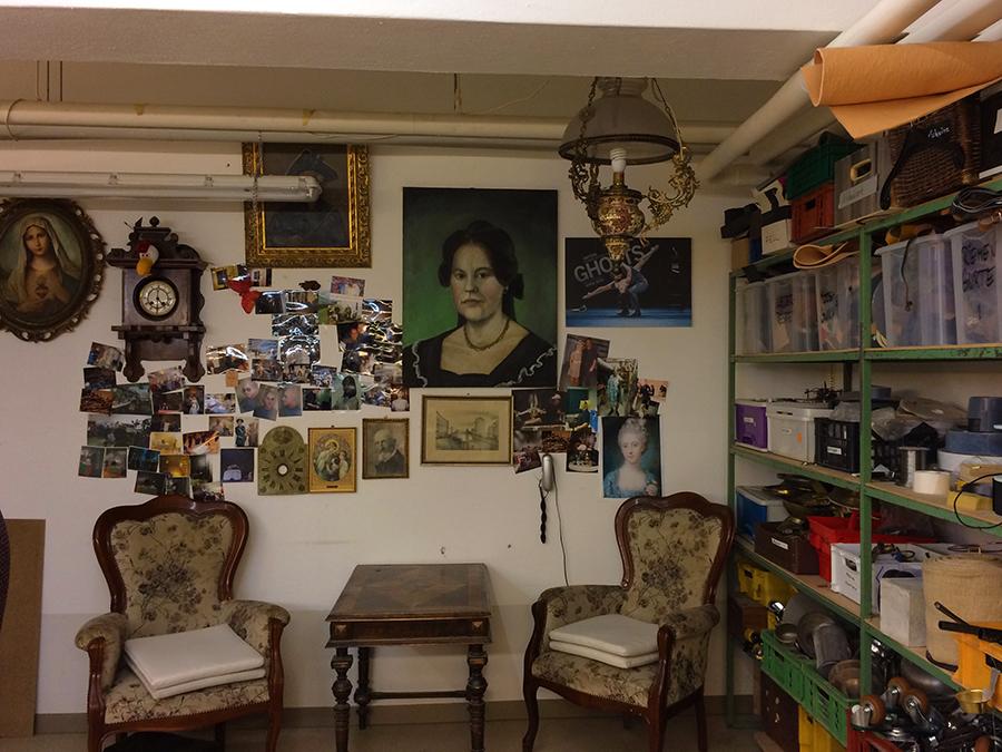 Bilderrahmen, Fotos, Portraits, selbst die Muttergottes und eine Kuckucksuhr samt Sitzecke: Hier wird man immer fündig.