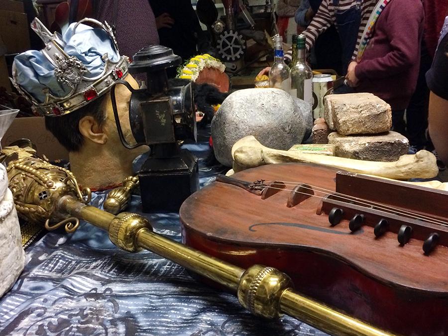 Zepter und Krone, Steine in diversen Größen, Farben und Formen, Fake-Musikinstrumente und Laternen: Es gibt nichts, was es hier nicht gibt!