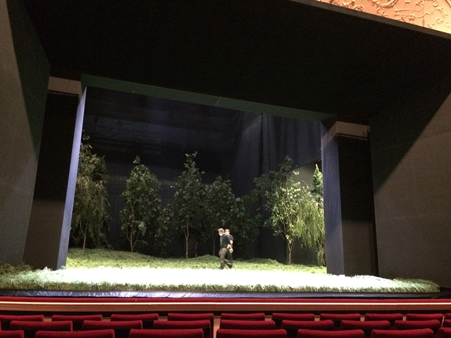 Auf der Bühne wird noch hart gearbeitet, damit zur abendlichen Vorstellung alles fertig ist.