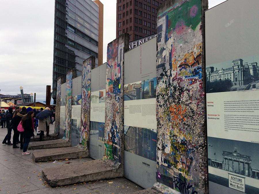 Überreste der Mauer an einer Gedenkstätte am Potsdamer Platz...