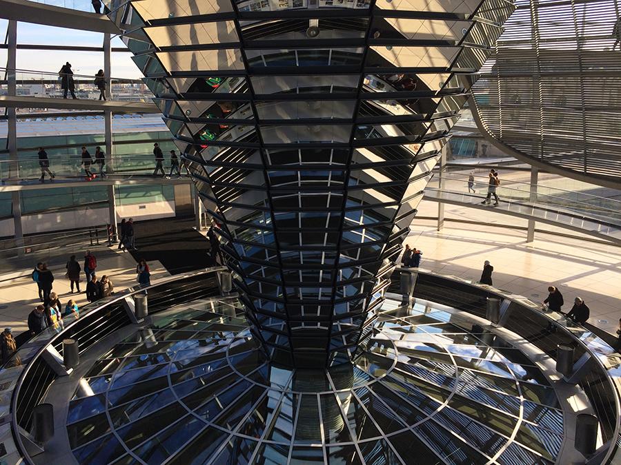 Hier kann man bis in den Plenarsaal schauen, wo der Bundestag tagt.