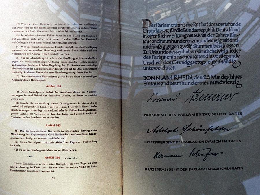 Das unterzeichnete Grundgesetz der Bundesrepublik Deutschland.