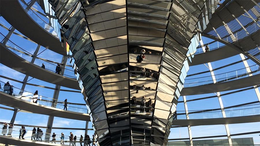 Die verspiegelte Säule in der Mitte des Reichstags.