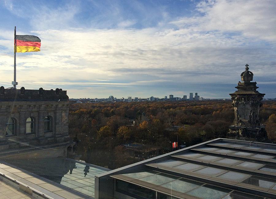 Wunderschöner Blick vom Reichstag auf den 'Großen Tiergarten', Berlins ältesten Park.