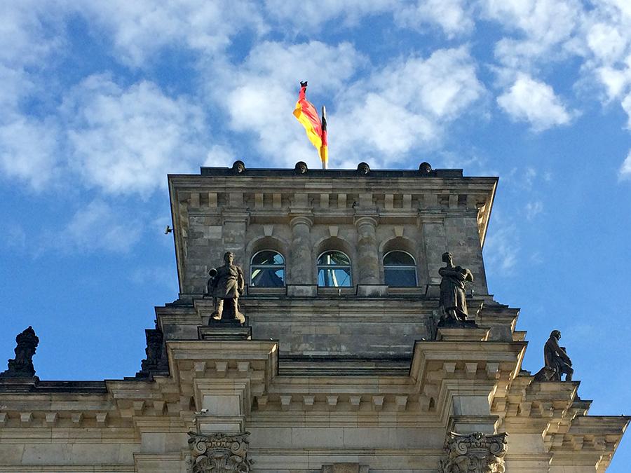 Blick auf einen der vier Türme des Reichstags nach Passieren der Sicherheitskontrolle.