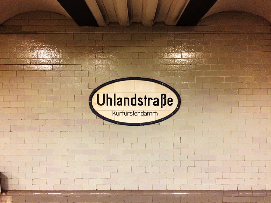 Die U-Bahnhaltestelle 'Uhlandstraße' nahe Kurfürstendamm, die nächste Station.