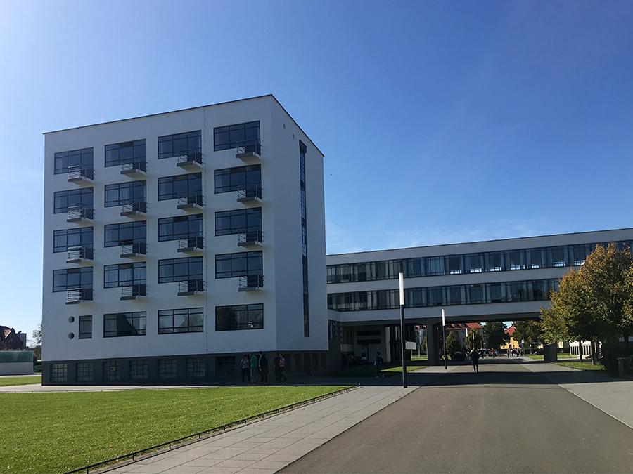 Erster Eindruck des Bauhaus-Komplexes in Dessau.