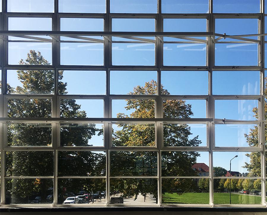 Kleiner Ausschnitt der hängenden Glasfassade beim Museums-Shop von innen.