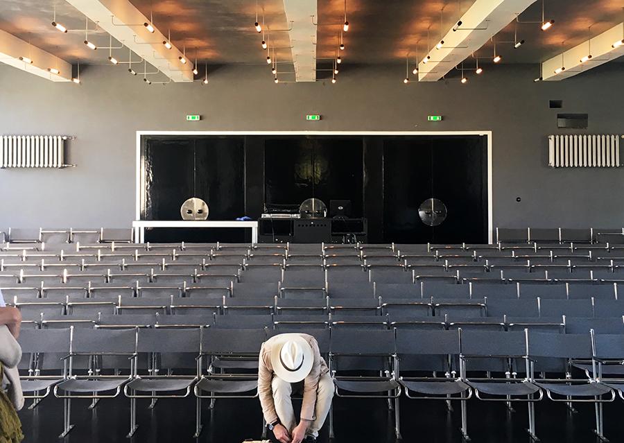 Blick von der Bühne auf den Zuschauerraum des Theaterbereichs.
