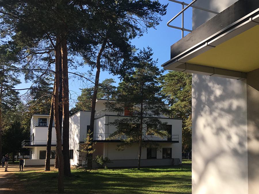 ... dahinter sieht man schon das Doppelhaus von dahinter Georg Muche & Oskar Schlemmer...