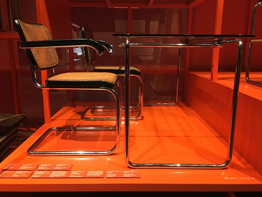 Stuhl und Tisch im klassischen Bauhaus-Design.
