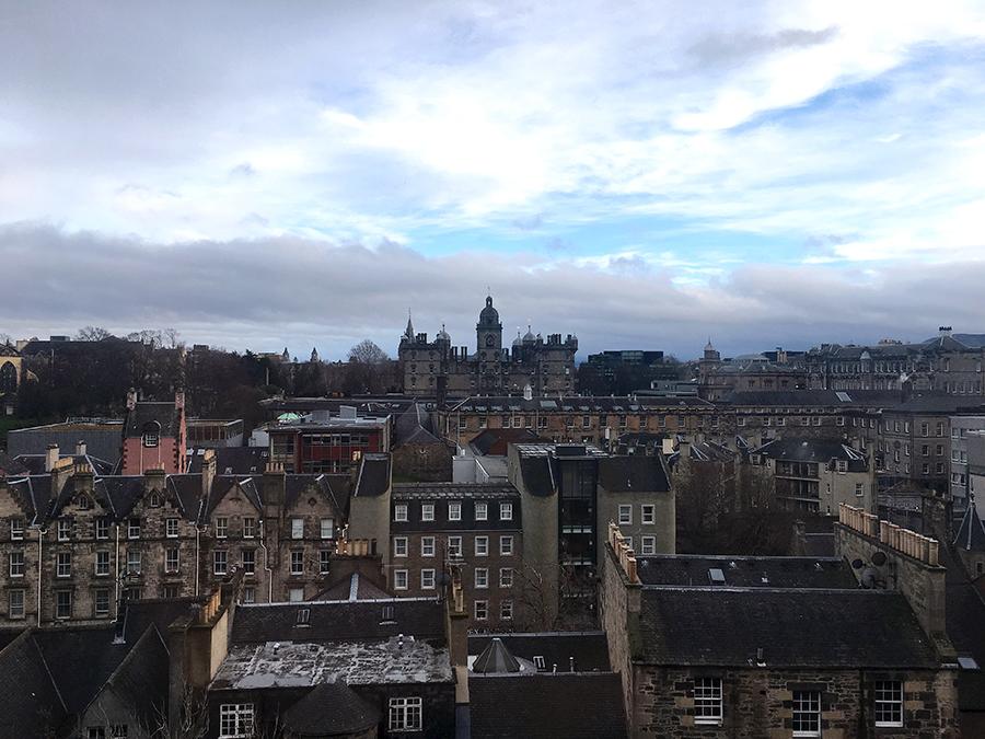 Blick auf Edinburgh in der Dämmerung.