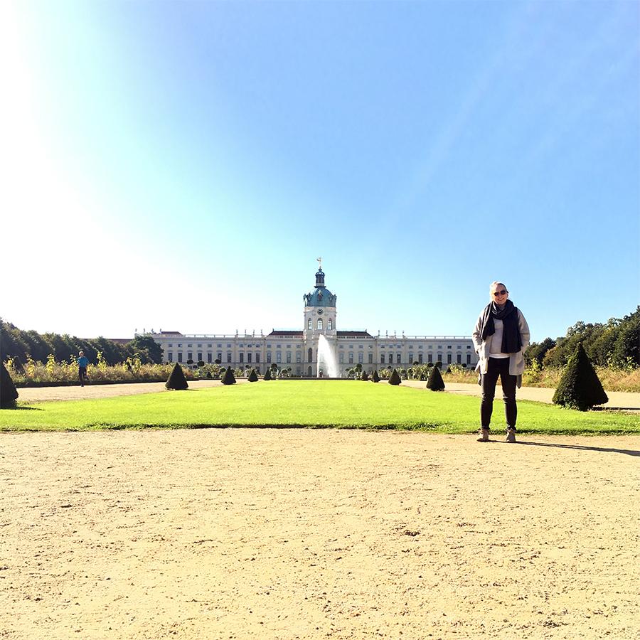Das bin ich. Allerdings nicht in Köln, sondern in Berlin, vor dem Schloss Charlottenburg. Meine Mit-Traveller wollten nicht mit auf's Foto. So ist das, wenn man mit Kindern reist.