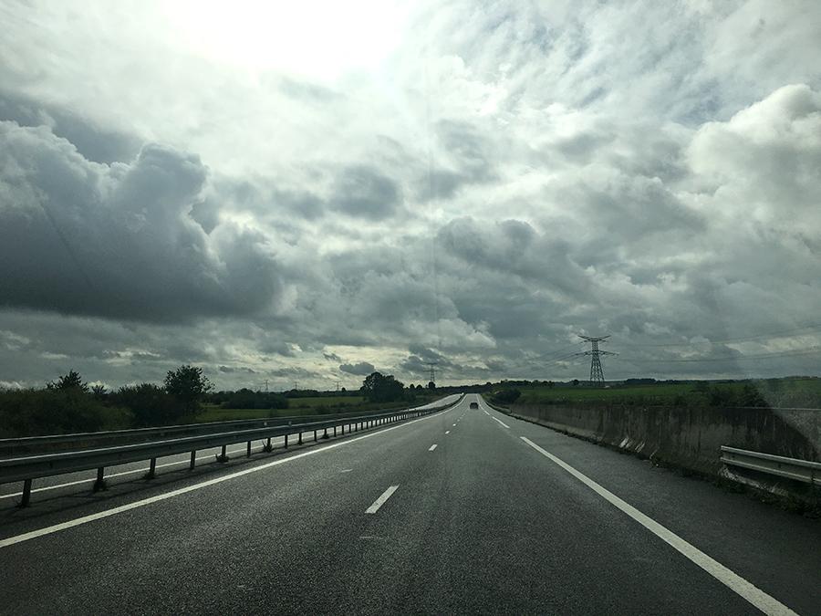 Menschenleere Straße: Da haben wir Glück bei unserem Roadtrip. Das Wetter ist allerdings durchwachsen, aber das stört uns nicht.