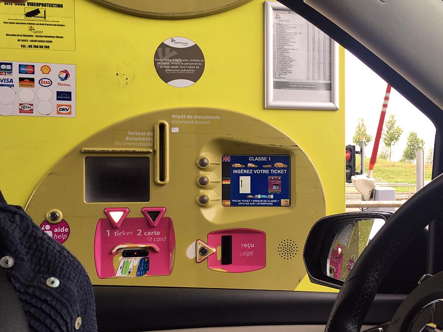 Erreicht man das Ende der mautpflichtigen Strecke, gibt es noch einmal Automaten, also denn: 1. Ticket einführen, 2. mit Karte bezahlen. Auch hier leitet einen der leuchtende Pfeil, und auch hier ist das Menu auf Wunsch wieder mehrsprachig.
