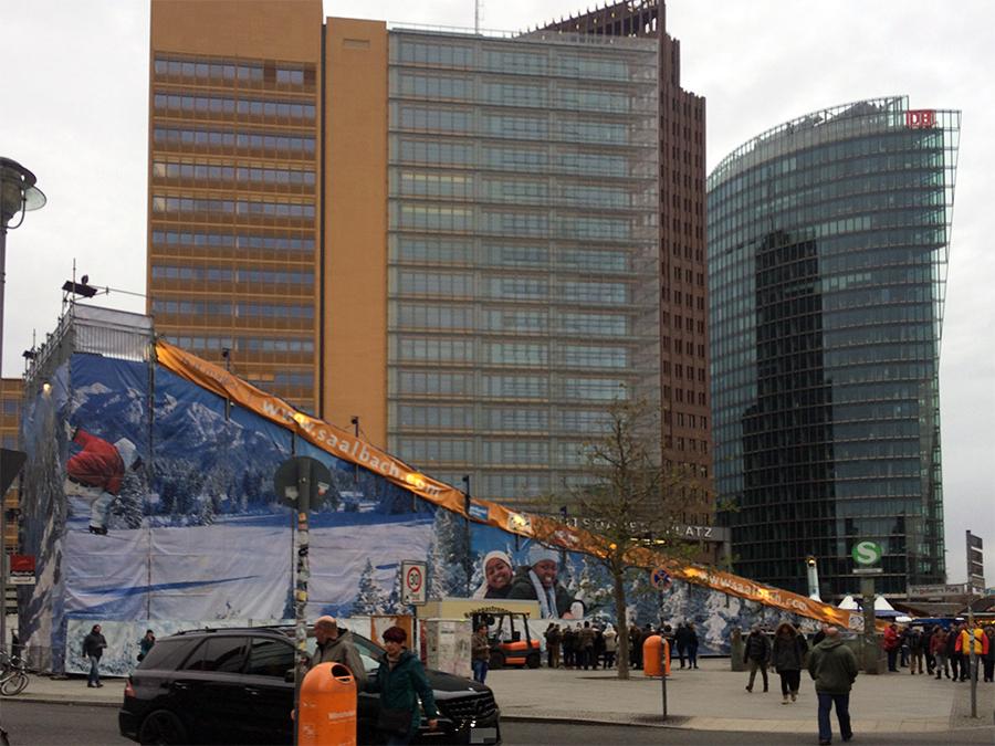 Unglaubliche 12 Meter hoch und 70 Meter lang ist die Rodelbahn auf dem Potsdamer Platz.