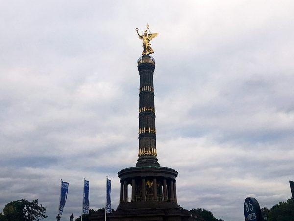 Eisgraue Winterwolken umhüllen die 'Goldelse', die Siegessäule mitten im Berliner Tiergarten.