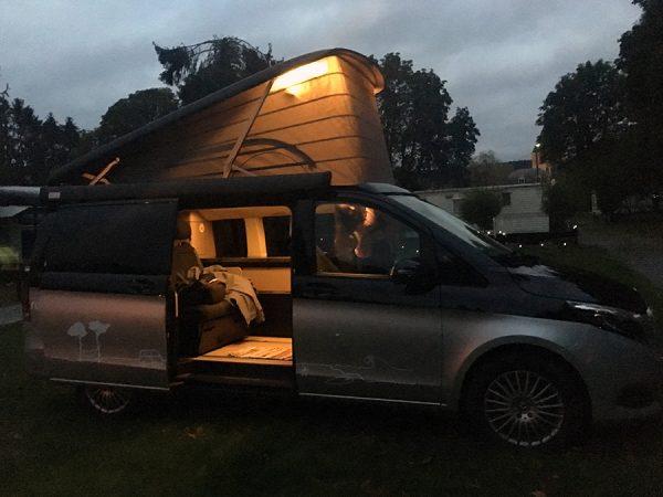Unser Campervan in der Abenddämmerung.