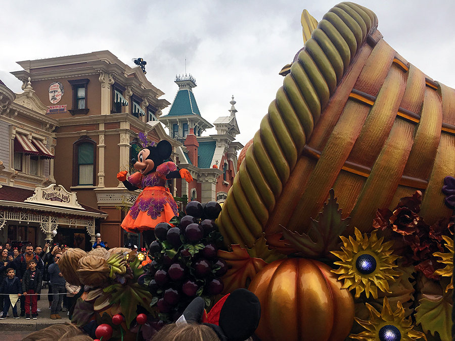 Minnie Mouse im Halloween-Look vor einem herbstlichen Füllhorn auf ihrem Wagen der 'Halloween Parade'.