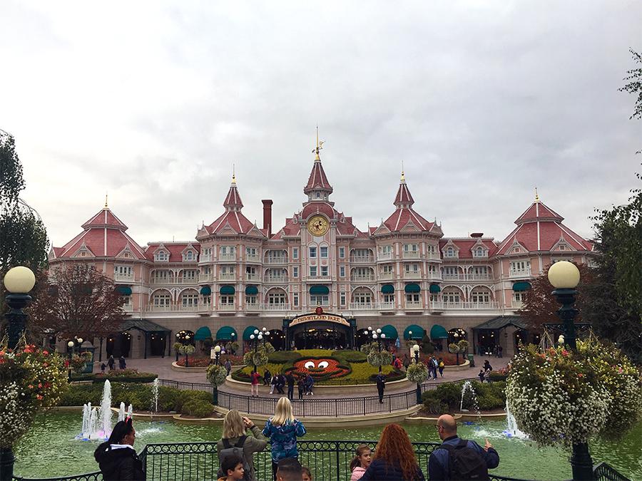 Das 'Disneyland Hotel', das teuerste von allen Disney Hotels, direkt am Eingang.