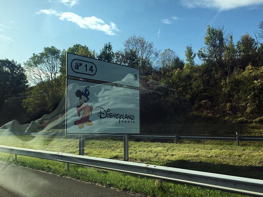 Schon lange vorher wird das Disneyland rechtzeitig angekündigt.