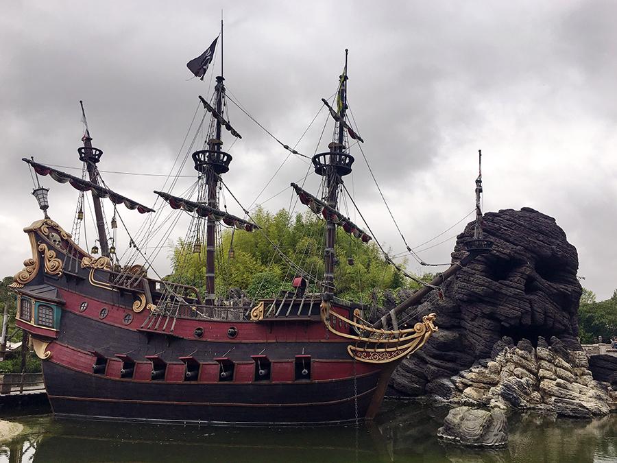 Ein echtes Piratenschiff auf einer Lagune mit dem Schädelfelsen im Hintergrund, hoho!