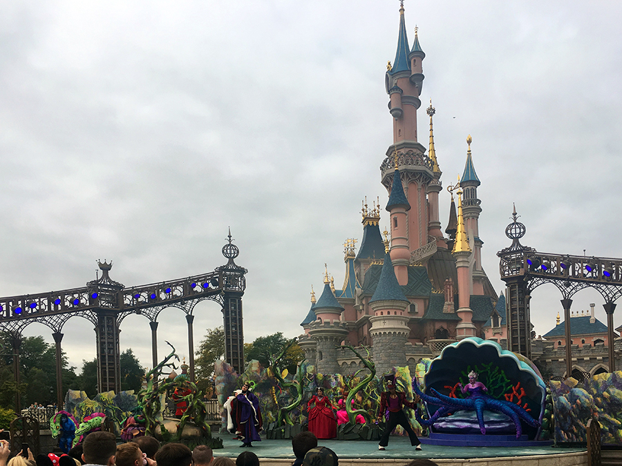 """Die Show """"Are you brave enough?"""" mit den Disney-Villains auf der 'Castle Stage', einer Außenbühne."""