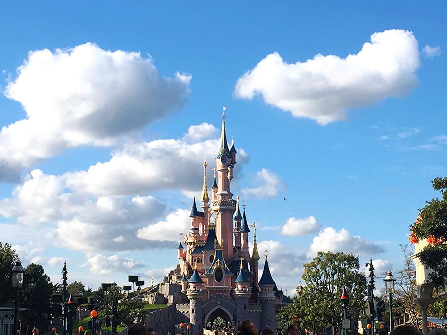 Willkommen in der Welt des Walt Disney, willkommen in Disneyland!
