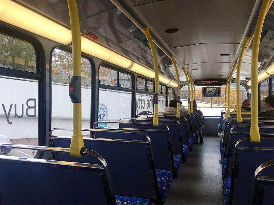 Auf dem Weg in die Stadt: Airlink-Bus von innen.