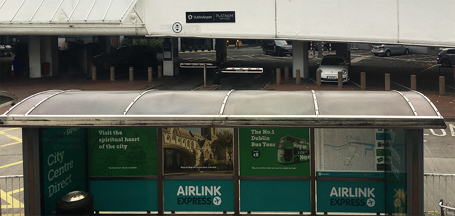 Die Airlink-Bus-Station vor dem Flughafen, die des Konkurrenten Aircoach liegt daneben.
