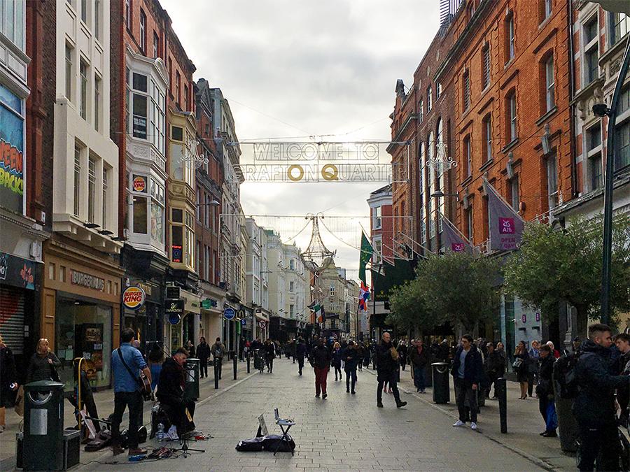 Die 'Grafton Street' führt vom Trinity College hinunter zur Stephens Green Mall.