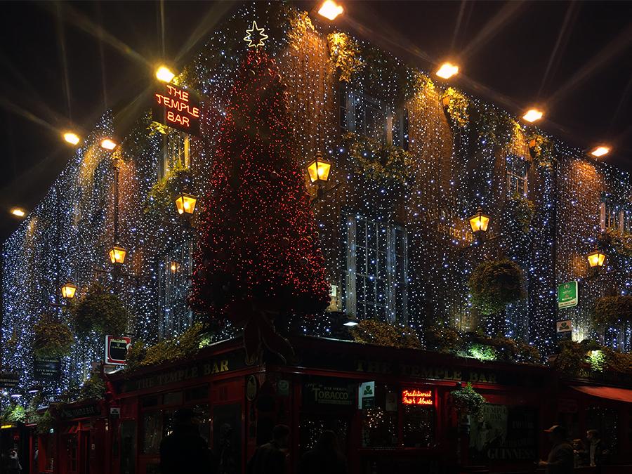 Ein echter Hingucker ist die 'Temple Bar' tatsächlich auch in der Vorweihnachtszeit: Das ganze Haus komplett mit einem Lichternetz überzogen und riesigem, roten Tannenbaum auf der Ecke. Wie kriegt man den bloss da hoch?