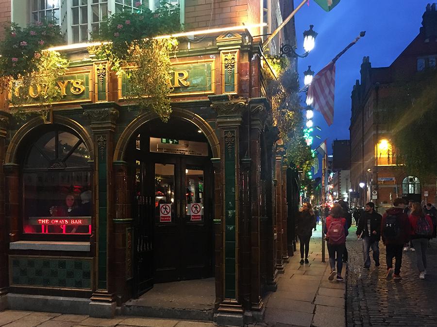 ... und dieser Pub heißt 'The Quays Bar'.