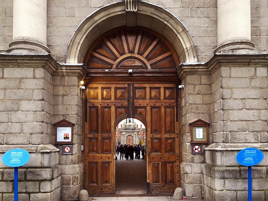 Das urige Tor im 'Regent House', durch das man ins Innere des Trinity College gelangt.