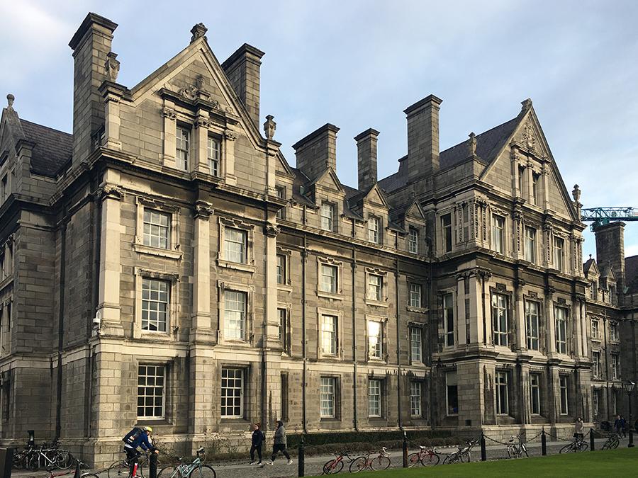 Eins der zauberhaften Gebäude auf dem Areal des Trinity Colleges.