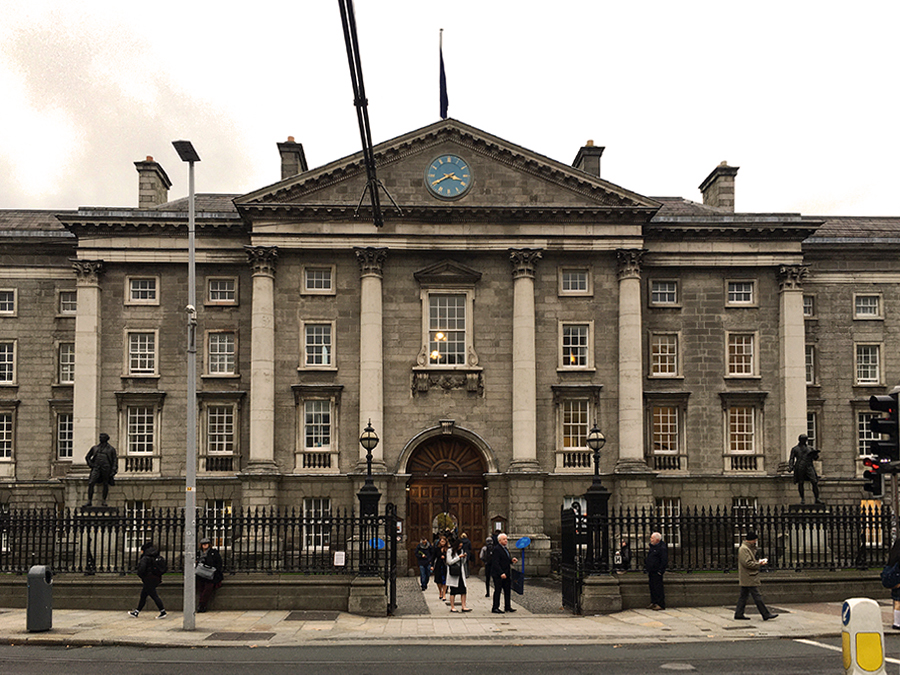 Das Haupteingangsgebäude des Trinity College von der Straße aus gesehen.