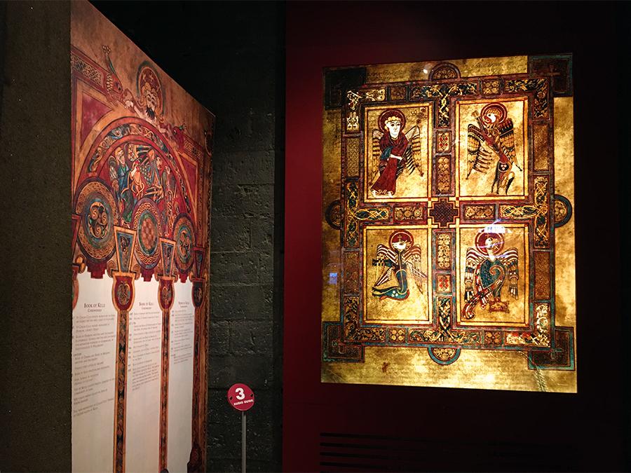 Ausstellung über historische Bücher im Erdgeschoß des 'Old Library'.