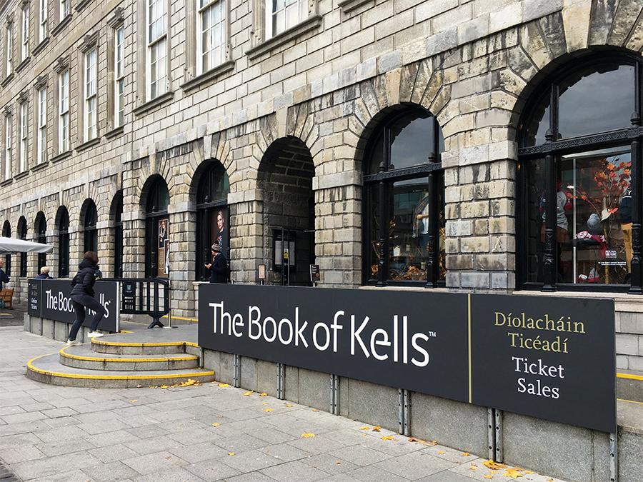 ... in dessen berühmten 'Long Room' das noch berühmtere 'Book of Kells' liegt.