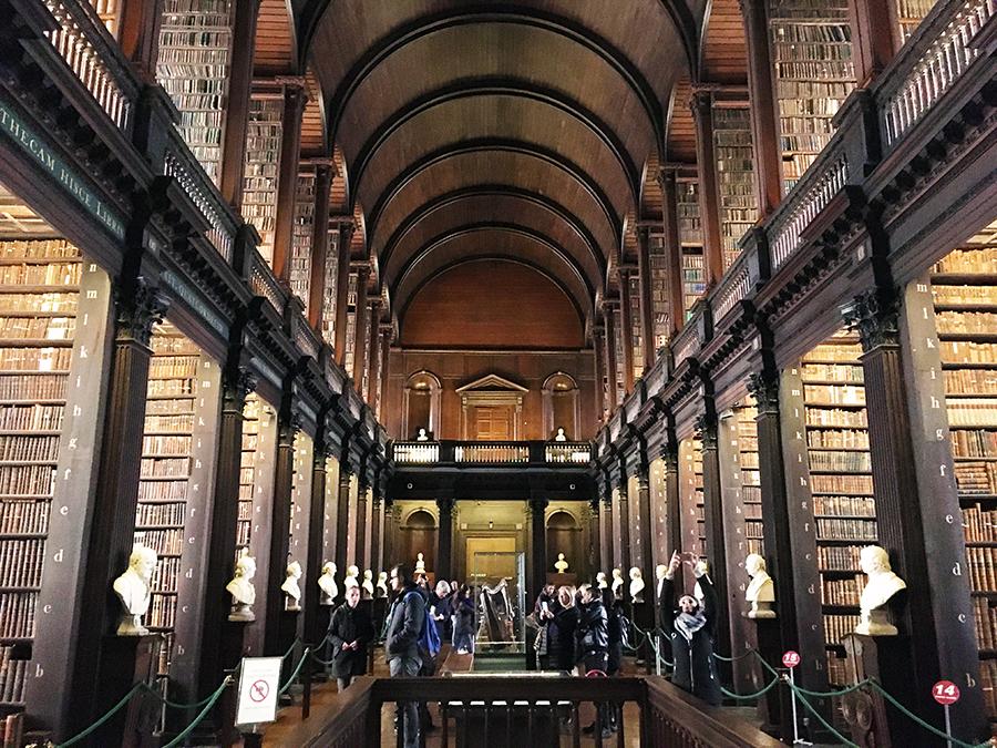 Der 'Long Room' im Gebäude des 'Old Library' im Trinity College.