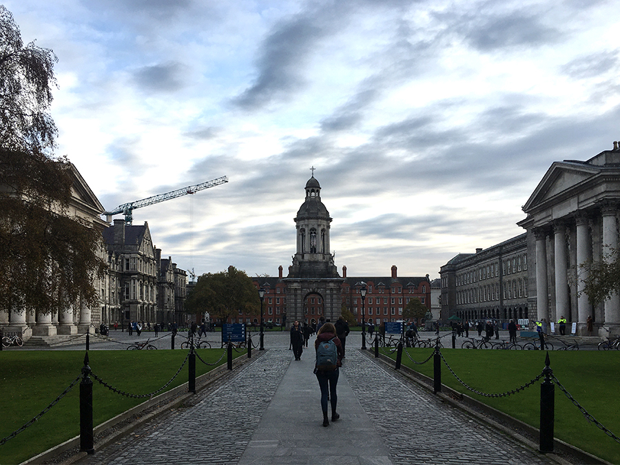 Der Weg ins Trinity College führt zuerst zum 'Parliament Square'.