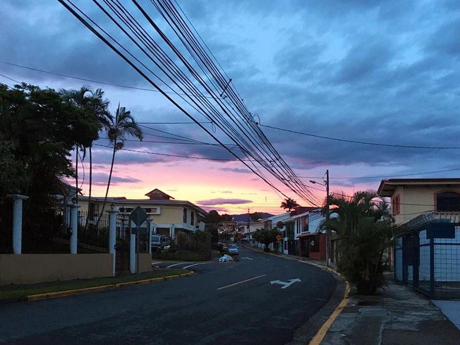Sonnenaufgang über den Straßen von San José. Hach, Sehnsucht!