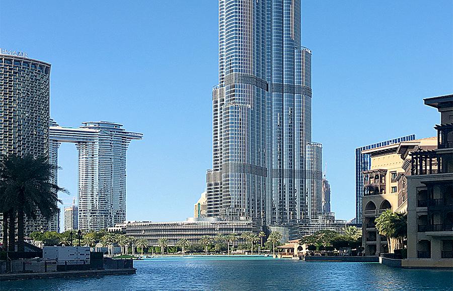 Blick über den See auf die Dubai Mal, mit dem Sockel des Burj Khalifa im Hintergrund.
