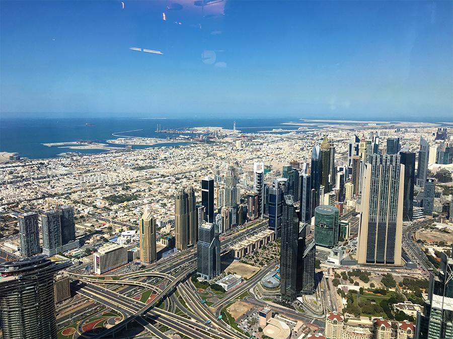 Blick über Dubai nach rechts, gen Norden. In diese Richtung geht es zum Creek, an dem das ursprüngliche Perlenfischerdorf Dubai vor langer Zeit gegründet wurde, lange vor dem ersten Ölfund.